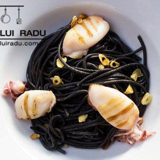 Spaghete negre, cu calamari, usturoi si ulei de masline.