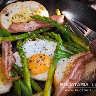 Mic dejun cu leurda, sparanghel, ou, pancetta. Tot intr-o tigaie.