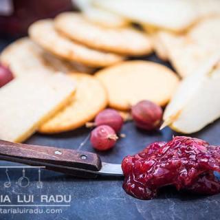 Dulceata de agrise rosii cu ghimbir si ardei iute, o reteta simpla.