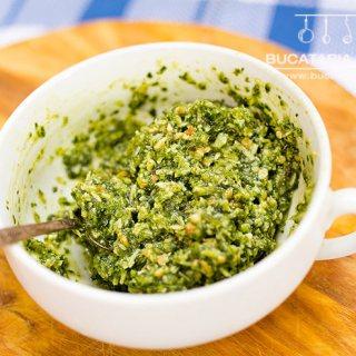 Pesto de leurda cu migdale si alune de padure prajite.