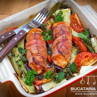 Pui invelit in bacon pe pat de legume la cuptor, o reteta sanatoasa.