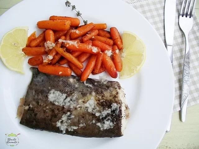 Peşte la cuptor cu morcovi caramelizaţi