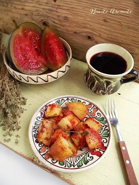 Cartofi noi cu sos de rosii si cimbru
