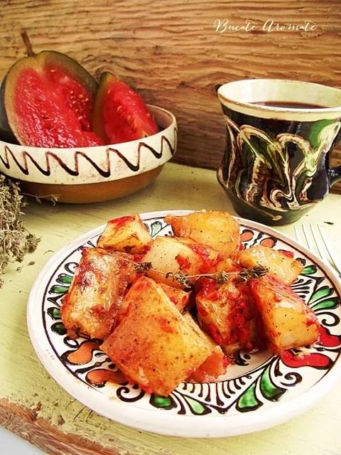 Cartofi noi la cuptor cu sos de roşii şi cimbru
