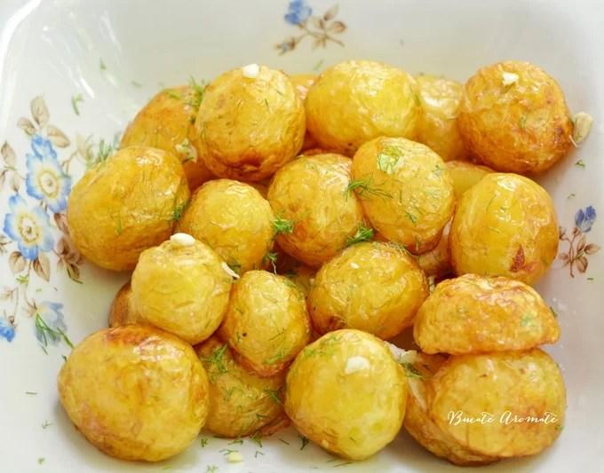 Cartofi noi la ceaun cu usturoi şi mărar