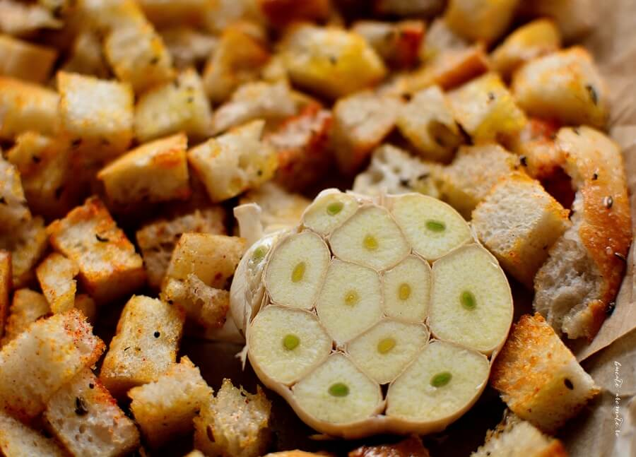 Hummus fără tahini, dar cu mult usturoi copt