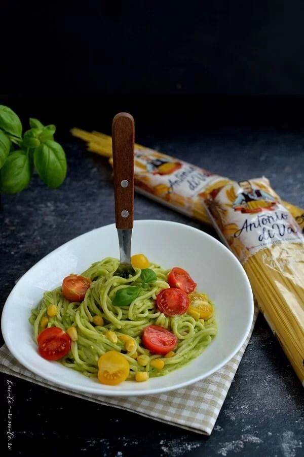 Spaghete cu sos de avocado şi roşii cherry