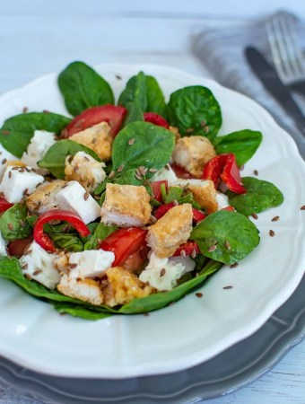 Salată de spanac cu brânză și șnițel de pui