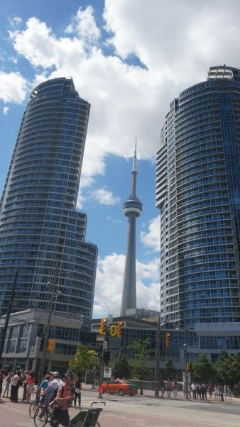 "la CN Tower, ""le"" batiment connu de Toronto"