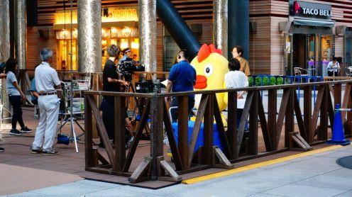 En bas de la tour,on assiste à la captation de la météo... en compagnie de la mascotte, évidemment!
