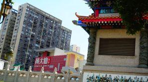 Ici, les marchands du temple ne se sont pas cassés la tête, ils ont créé un gros centre commercial (un Mall)!