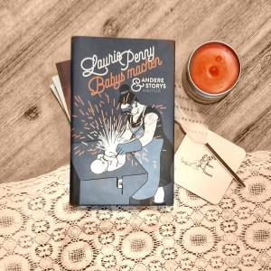 """Ein Stapel Bücher, oben liegt Laurie Pennys """"Babys machen und andere Geschichten"""", daneben ein Untersetzer mit #WirlesenFrauen"""
