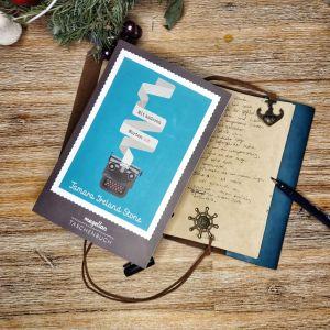 Das Cover von Mit anderen Worten: Ich zeigt eine Schreibmaschine, aus der ein Streifen Papier steigt. Das Buch liegt auf einem Notizbuch, in das ein Gedicht geschrieben wurde, auf einem Holztisch, oben sieht man Tannenzweige