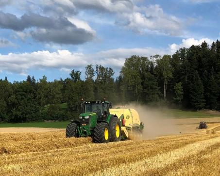 08102020 Bucher_Agrotechnik, JD 6155R mit Krone BigBag