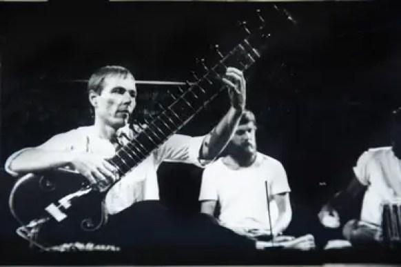 """En los 80, Cooke viajó a Buenos Aires, se insertó en el circuito cultural y se codeó con leyendas como el Indio Solari y Luca Prodan. """"Con Luca teníamos una atracción especial porque los dos habíamos recorrido el mundo y, musicalmente, conectamos al toque"""", dice"""