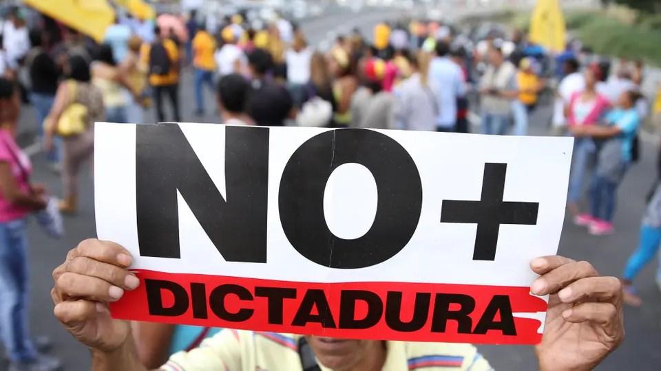 """El Tribunal Supremo de Justicia, dominado por el gobierno de Maduro, se hizo cargo de todas las funciones del Parlamento mediante un fallo; la oposición denunció una """"dictadura""""; condena de varios países y del titular de la OEA. Foto: Reuters / Carlos Garcia Rawlins"""