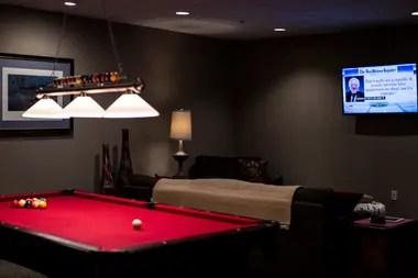 Una de las muchas salas recreacionales dentro del condominio de supervivencia