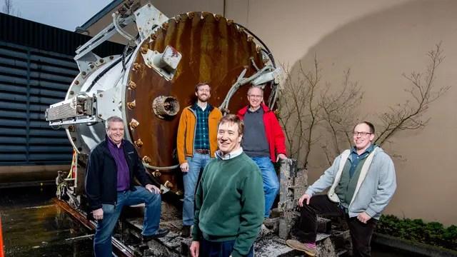 El equipo de Microsoft Research junto al dispositivo creado para almacenar el pequeño datacenter submarino. Foto: Gentileza Microsoft