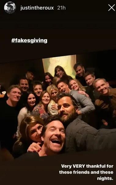 Jennifer Aniston, Jason Bateman y Justin Theroux, y el resto de sus amigos, detrás, en el festejo de Acción de Gracias, el pasado miércoles