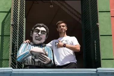 Borna Coric posa junto a una imagen de Maradona