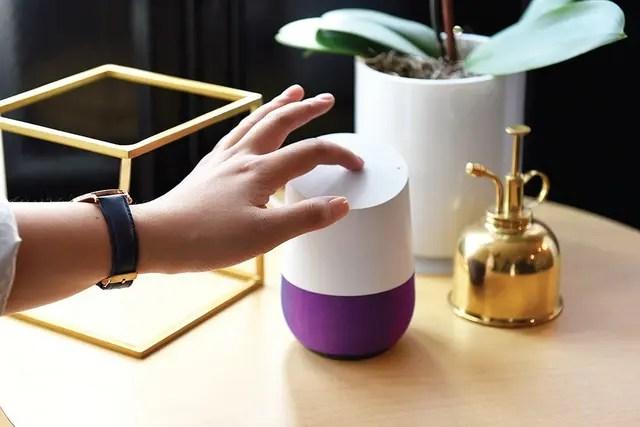 Una demostración del parlante Home, de Google, durante su lanzamiento en octubre de 2016. La empresa planea mejorarlo con servicios de terceros.