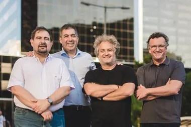 Guibert Englebienne (de remera negra) juntos al resto de los fundadores de Globant