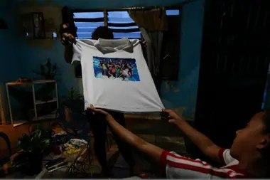 Familiares de Maroly muestran una remera de ella y su familia