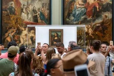 Decenas de personas se congregan en torno a La Mona Lisa, en el Museo del Louvre (CC Unsplash, Rumman Amin)