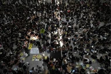 Cientos de manifestantes ocuparon hoy con una sentada un hall del aeropuerto de Hong Kong