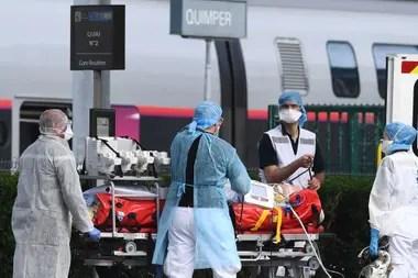 Los médicos franceses se preparan para subir a un paciente al tren de alta velocidad; Francia utiliza todos sus recursos para pelear contra el coronavirus