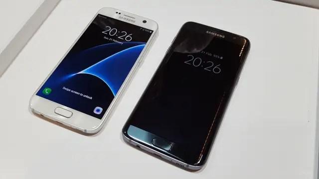 El S7, con la pantalla activa y con la pantalla bloqueada (pero mostrando el reloj)