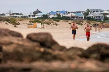 Dos de los guardavidas de José Ignacio entrenando al lado del mar