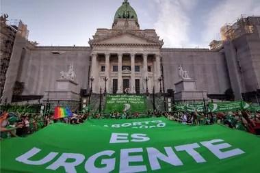 El proyecto para legalizar el aborto y la reforma judicial no forman parte de las principales preocupaciones de la opinión pública, según las encuestas