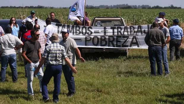 Tamberos, ayer, en el corte cercano a Villa María; sostienen que les pagan menos que sus costos de producción