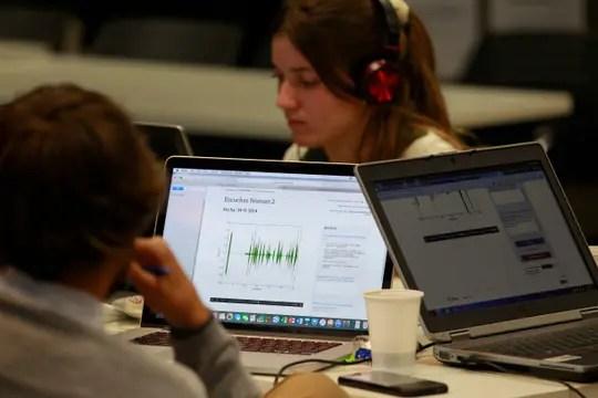 Los voluntarios que clasificaron las escuchas tenían acceso a una aplicación web colaborativa.. Foto: LA NACION