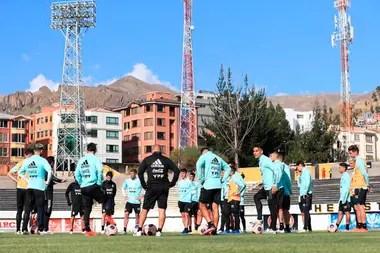 Habla Scaloni y escuchan los jugadores a 3650 metros sobre el nivel el mar, con el entorno de las montañas que completan la postal de La Paz