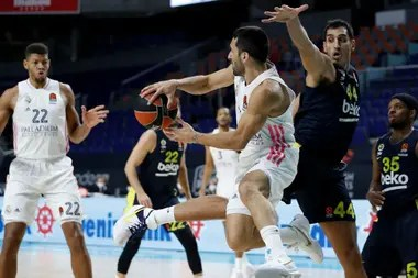 Facundo Campazzo gives a reverse pass during the match between Real Madrid and Fenerbahce, from Turkey, for the Euroleague.  The Argentine will play the next two seasons in the NBA's Denver Nuggets.