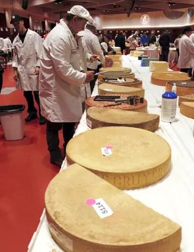 El juez Christophe Megevand inspecciona una rueda de queso Gruyere en el Concurso Mundial de Queso del Campeonato Mundial, el 3 de marzo de 2020, en el Centro de Convenciones Monona Terrace en Madison, Wisconsin.