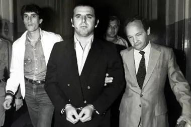 Mario Firmenich, arrestado al llegar desde Brasil a la Argentina, durante la presidencia de Raúl Alfonsín, en 1984