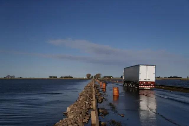 Inundacion a orillas de la ruta 8, en Arias, provincia de Cordoba