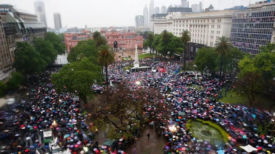 Miles de mujeres marchan desde el Obelisco a Plaza de Mayo contra de los femicidios.. Foto: LA NACION / Fabián Marelli