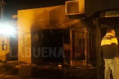 Dos personas murieron en un voraz incendio de una vivienda en Punta Lara