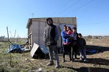 Braian Astrada y su familia compraron un terreno por Facebook, a $40.000, en la zona del Hospital Melchor Romero; en breve serán desalojados, tras una denuncia realizada por el verdadero propietario de la tierra