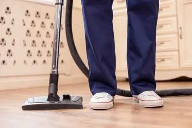 La mayoría de las mujeres en Argentina expresa que debe encargarse de las tareas del hogar con mínima ayuda de sus parejas varones