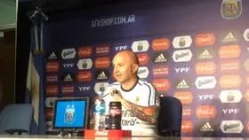 Jorge Sampaoli en la conferencia de prensa en el predio