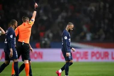 El árbitro Willy Delajod le saca la roja a Neymar