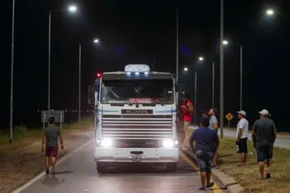 Control de cargas en el cruce de Altos Fierro, ruta 36 (autopista Cordoba - Río Cuarto), durante el paro del campo
