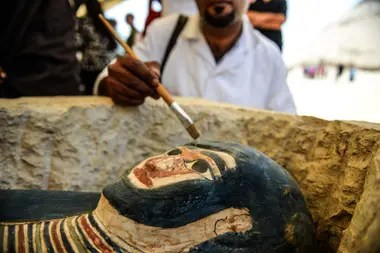 Un sarcófago, parte de un nuevo descubrimiento realizado a casi 300 metros al sur de la pirámide del Rey Amenemhat II en la necrópolis de Dahshur, se expone cerca de la Pirámide Bent, a unos 40 km al sur de El Cairo