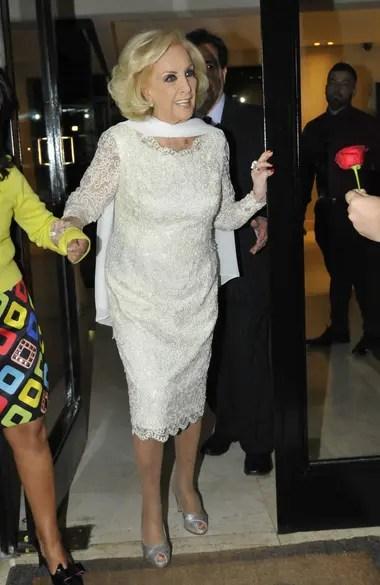 Mirtha Legrand se vistió de blanco para su cumpleaños, con un vestido con detalles bordados de encaje, y sandalias plateadas para completar su atuendo