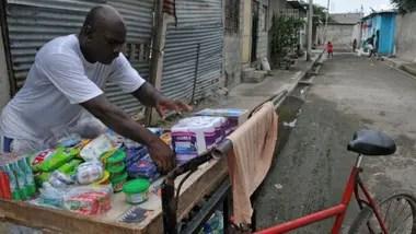 Un vendedor ambulante en medio del silencio de las calles en cuarentena